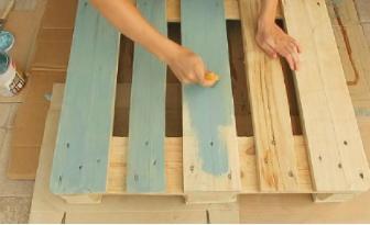 Elle recouvre deux bouts de palette avec de la teinture bleue... Ce qu'elle réalise ensuite fait sensation dans son salon!