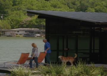 Un couple achète un bout de terre près d'un lac pour y construire la résidence de leurs rêves... Le résultat fait des jaloux
