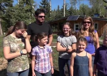 Voulant vivre sans dettes, une famille de 7 fait un choix drastique!