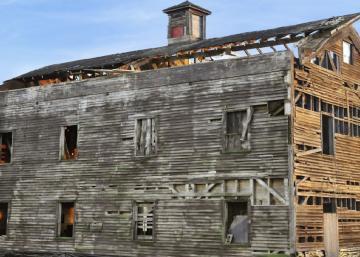 Tout le monde croyait qu'ils étaient fous d'acheter cet entrepôt à grains en décrépitude: Attendez de voir à quoi il ressemble maintenant!