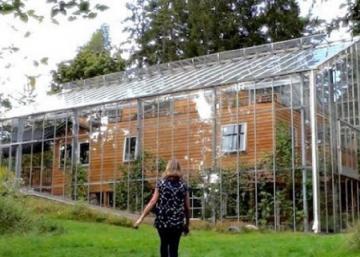 Les voisins croient qu'ils sont fous: La raison pour laquelle ils construisent une prison de verre autour de leur résidence est ingénieuse