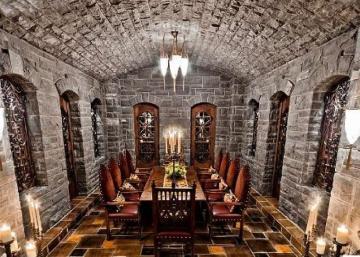 Non, ce n'est pas le château du roi Arthur : Visitez le palace lavallois qui fut jadis la propriété de notre Céline nationale