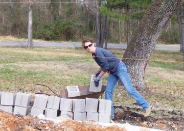 Elle achète une terre et construit sa maison avec des tutoriels YouTube! Admirez le résultat!