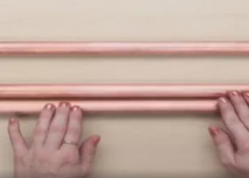 Quelques tuyaux en cuivre... C'est tout ce que cette fille a besoin pour ajouter du rangement partout dans la maison!