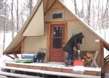 Dans le parc de la Gatineau, cette tente 4 saisons est comme une vraie maison!