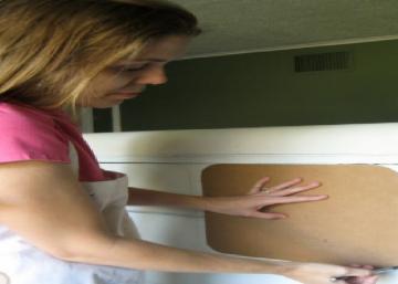 Elle commence par tracer 2 carrés dans le haut de cette commode déchue... Personne ne l'a vu venir avec son idée