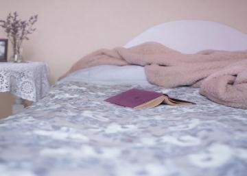 Ce gars voulait prouver son amour à sa conjointe d'une façon spéciale... Lorsqu'elle est entrée dans sa chambre, elle n'en croyait pas ses yeux!