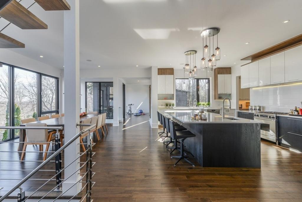 Cette superbe cuisine souvre sur une belle grande salle à manger avec une vue fantastique la cuisine ne manque certainement pas despace de travail