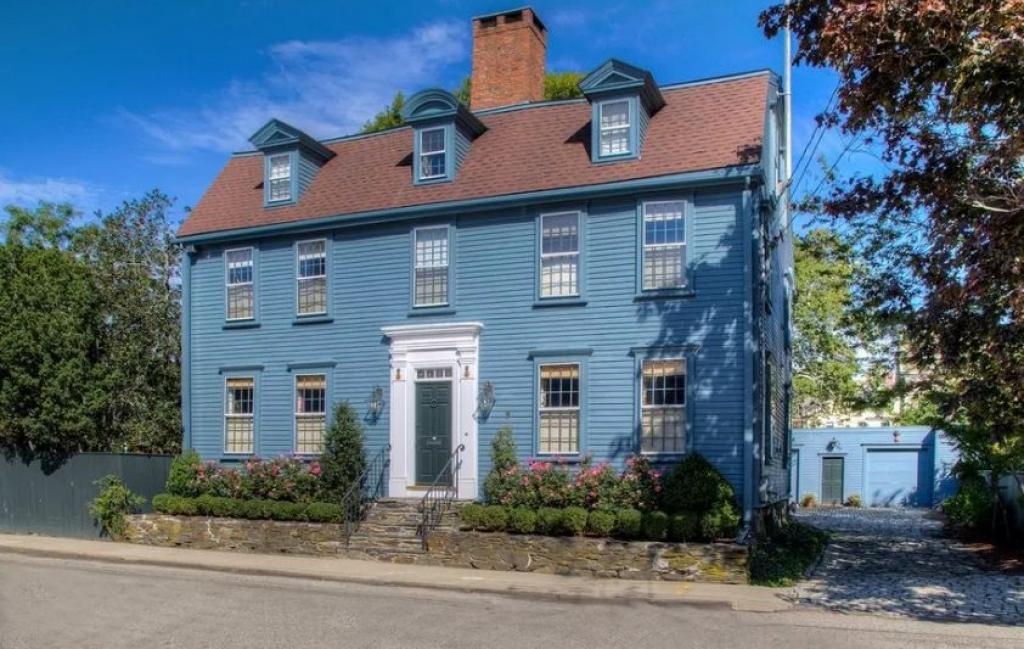 Visitez cette élégante maison coloniale de qui est devenue un
