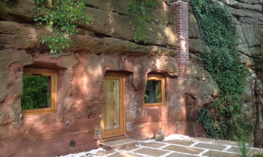 angelo originaire de grande bretagne a eu lide de de concevoir une maison de rves dans une caverne vieille de 700 ans et au milieu de la roche datant