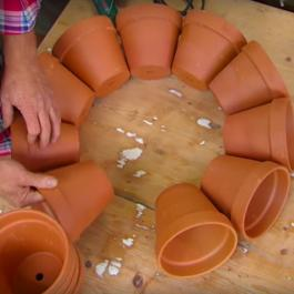 Il étonne ses voisins en collant des pots ensemble... Ils étaient tous jaloux!
