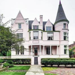 Voyez pourquoi tous les passants sont intrigués par cette étonnante maison rose bonbon!