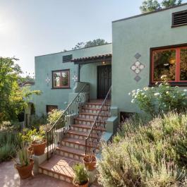 Cette résidence au style éclaté et lumineux a tout pour plaire! Elle vaut le coup d'oeil!