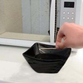En déposant un cure-dent dans un bol, il lave son micro-ondes en un éclair!