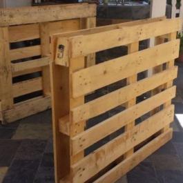 Pour aider une amie en difficulté, elle construit 4 meubles pour sa terrasse… avec 3 palettes de bois!