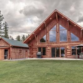 Cette superbe maison en bois rond se trouve sur le bord d'un lac et elle est à vendre en plus!
