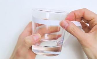 Enroulez du ruban double-face autour d'un verre et en 5 minutes vous serez enchanté!