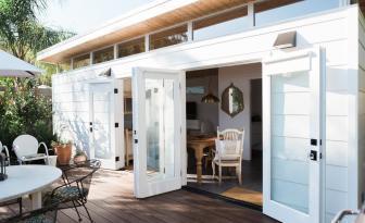 Faites le tour de cette incroyable petite maison d'invités qui vous charmera certainement!