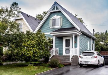 Coquette à l'extérieur, encore plus belle à l'intérieur; découvrez cette maison à vendre de 265 000 $.