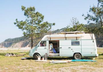 Aimeriez-vous partir à l'aventure et voyager dans le monde avec cette petite camionnette de 140 pieds?