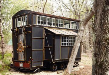 Originale, certainement unique; visitez l'intérieur de cette mini-maison au style éclectique!