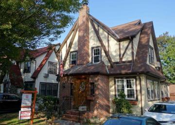 Liquidée aux enchères, la maison d'enfance de Donald Trump s'est vendue moins cher que prévu!!!