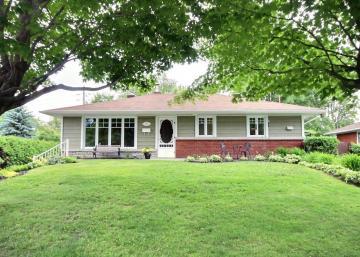 Cette jolie maison à vendre vous offre une oasis de paix.