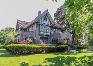 Cette maison de 1907 ressemble à un manoir, mais certaines pièces pourraient vous perturber...