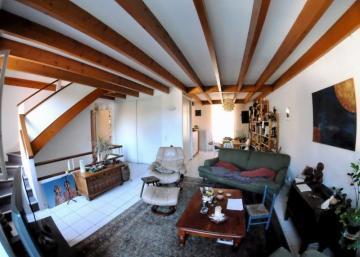 La maison d'enfance d'un célèbre chanteur est mise en vente et sa cour vous charmera! Une occasion rare!