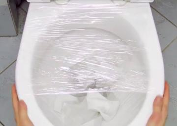 Je n'en croyais pas mes yeux lorsque je l'ai vu emballer sa toilette de pellicule plastique!