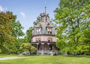 La forme de cette maison est intrigante! Et l'intérieur est presque trop beau pour être vrai!