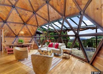 Maison construite à la main par un couple qui s'est inspiré de l'inventeur de la Biosphère! À voir!