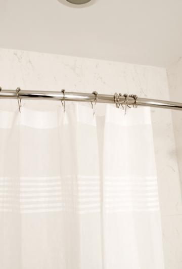 Lavez votre rideau de douche Neuf avec cet aliment et il ne se couvrira jamais de moisissures!