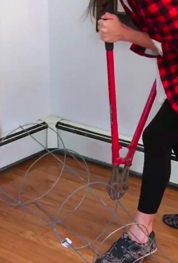 Elle récolte ses tomates et utilise le support et le pot pour faire une décoration phénoménale!