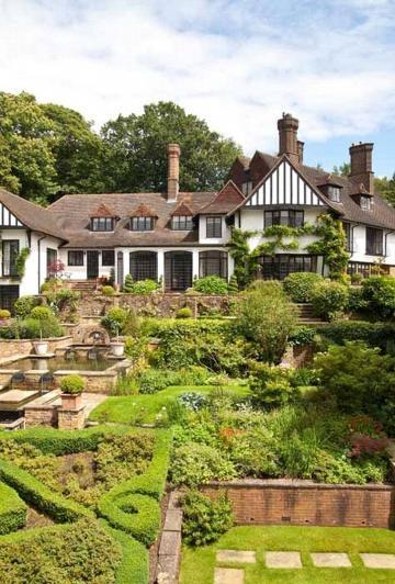 Découvrez l'incroyable résidence de John Lennon qui vient tout juste d'être mise en vente.