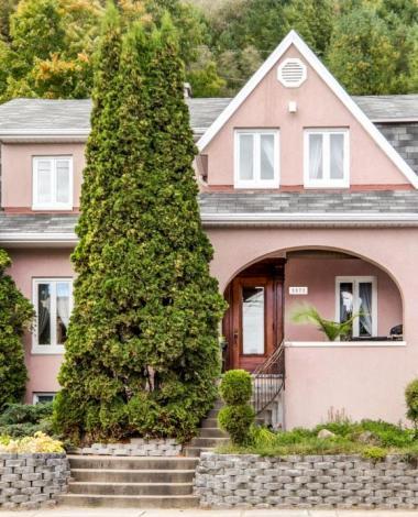 À vous de découvrir ce qui se cache derrière la façade rose de cette résidence qui a 174 ans!