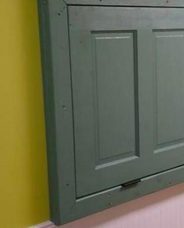 Il pense que sa femme est devenue dingue quand elle lui demander de visser cette porte sur le mur, mais c'est une brillante idée!