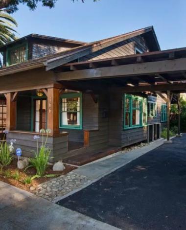 Ce cottage historique a beaucoup de charme, mais ses salles de bain vous séduiront encore plus!