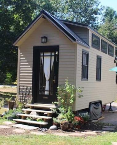 3 personnes vivent dans cette mini-maison. Est-ce trop petit?