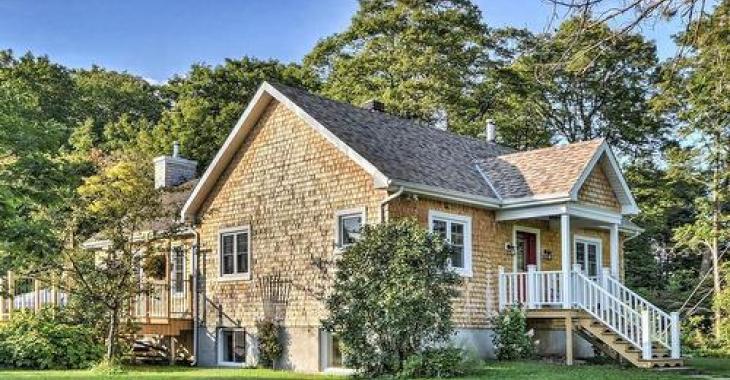 Superbe maison à vendre avec de grandes pièces et un immense terrain; une perle rare!