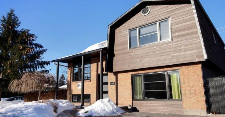 Cette maison épate avec son prix de vente et son décor contemporain au goût du jour!