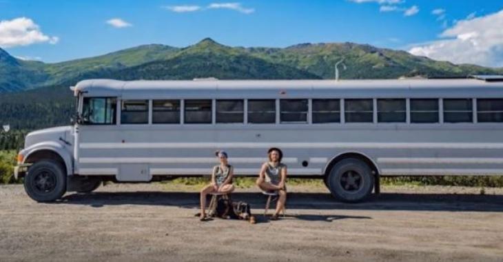 Ce jeune couple a toujours rêvé d'habiter dans un loft: Ce qu'ils ont réalisé avec ce bus d'écoliers est prodigieux