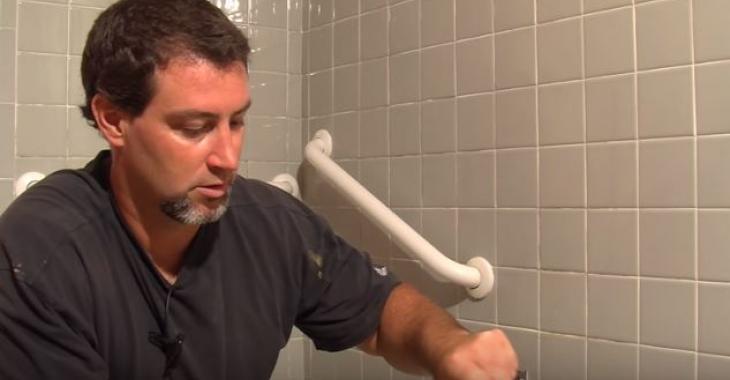 Ce gars ne fait jamais le ménage de sa salle de bain et pourtant, ses carrelages sont toujours impec: Voici son secret