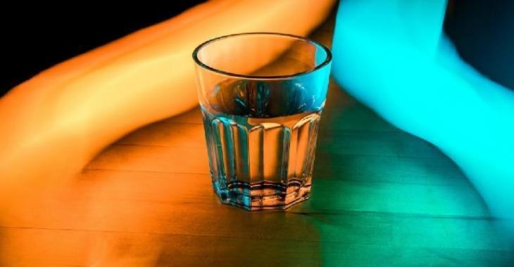 Elle place un verre d'eau salée dans le coin d'une pièce... La raison est surprenante!