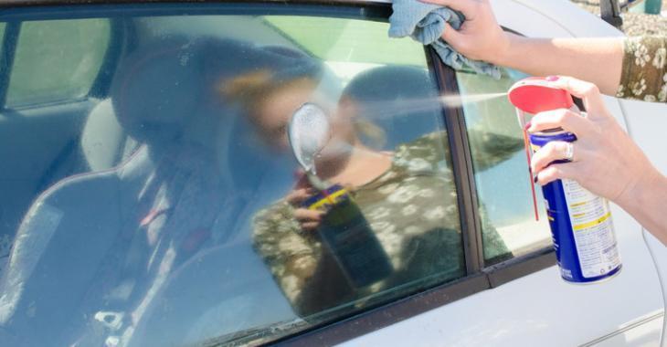 Elle vaporise du WD-40 sur sa fenêtre de voiture et ce n'est pas pour la laver!