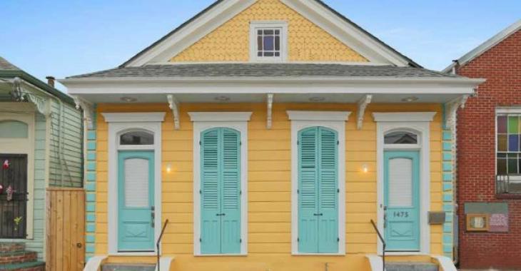 Ne trouvez-vous pas que cette maison de 100 ans vieillit bien avec le temps? Visitez son intérieur complètement rénové!