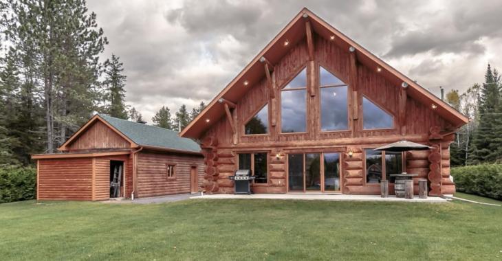 Cette superbe maison en bois rond se trouve sur le bord dun lac et