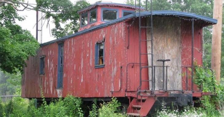 Ce vieux wagon est abandonné depuis 1941, mais toute une surprise nous attend à l'intérieur!
