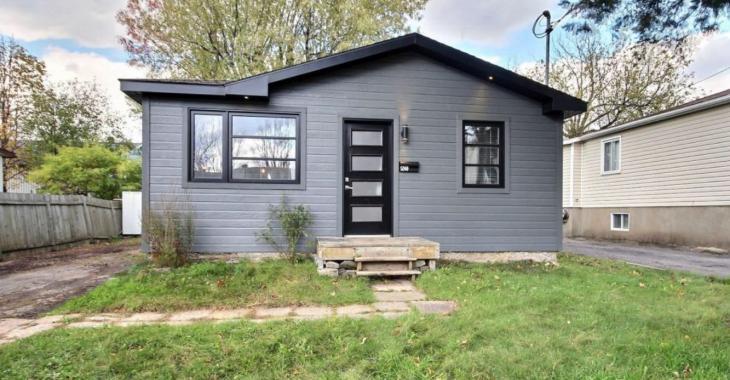 Cette maison qui est à vendre pour 199 900 $, possède un intérieur complètement rénové.