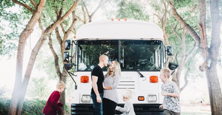 Une famille de 5 vit dans cet autobus transformé!